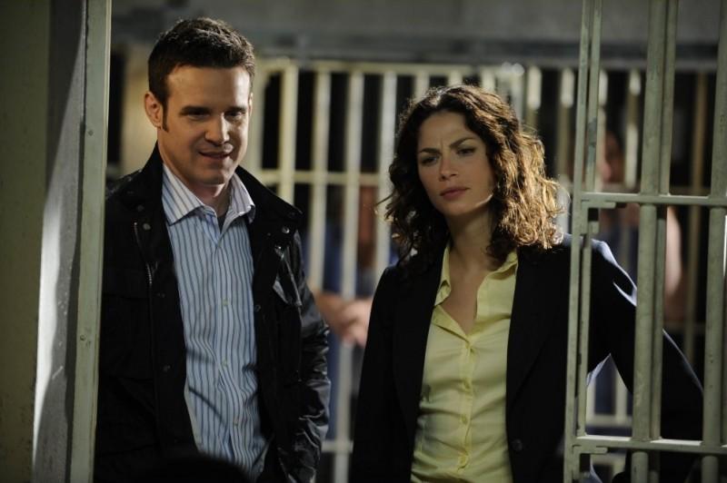 Eddie McClintock e Joanne Kelly in una scena dell'episodio Regrets di Warehouse 13
