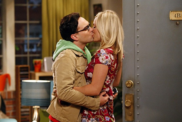 Johnny Galecki e Kaley Cuoco in una scena dell'episodio The Electric Can Opener Fluctuation di  The Big Bang Theory
