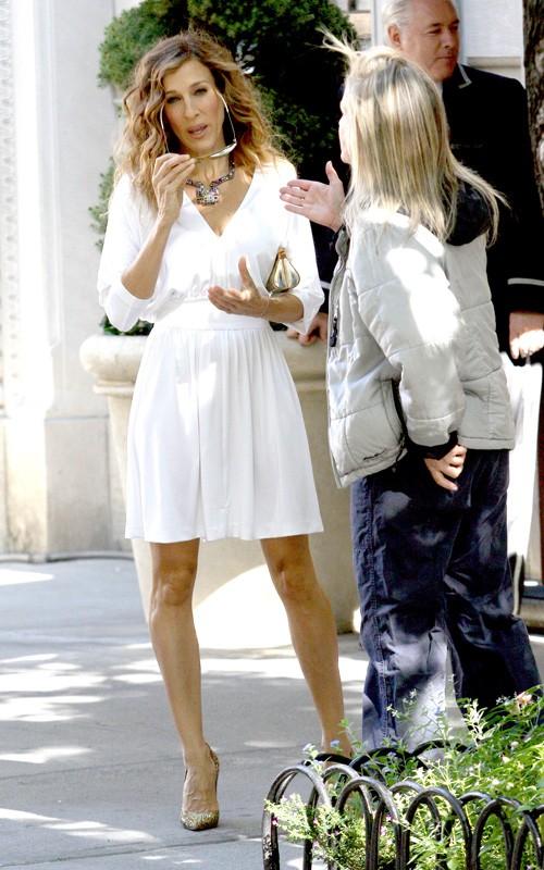 Sarah Jessica Parker al telefono durante le riprese del sequel di Sex and the City