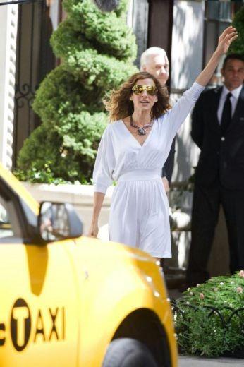 Sarah Jessica Parker chiama un taxi sul set di Sex and the City 2