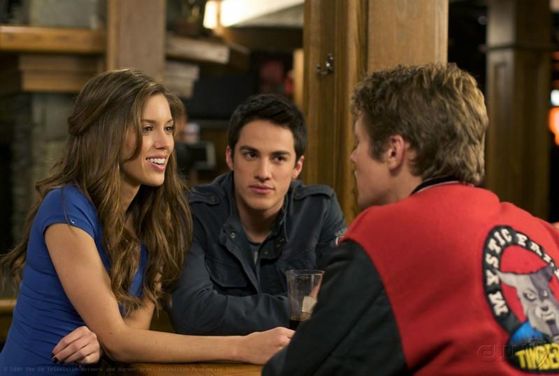 Kayla Ewell, Michael Trevino e Zach Roerig in una scena del Pilot di The Vampire Diaries