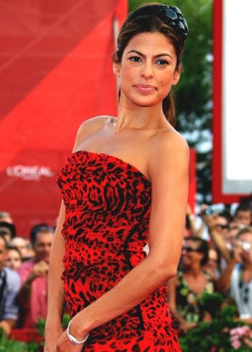 Venezia 2009: Eva Mendes fasciata in un abito rosso a stampa animalier, sul red carpet