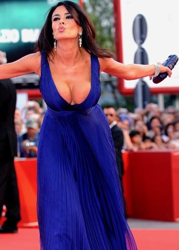 Venezia 2009: un bacio troppo appassionato per Maria Grazia Cucinotta, che rischia di andare 'fuori di seno'.
