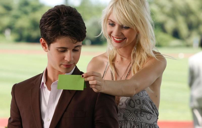 Jenny (Taylor Momsen) mostra un bigliettino ad Eric (Connor Paolo) in una scena dell'episodio Reversals of Fortune di Gossip Girl