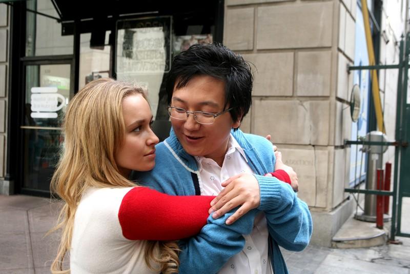 Hayden Panettiere abbraccia Masi Oka sul set della serie Heroes