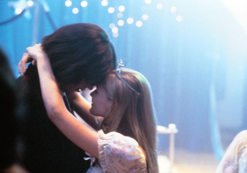 Lux (Kirsten Dunst) e Trip (Josh Hartnett) al ballo ne 'Il giardino delle vergini suicide'