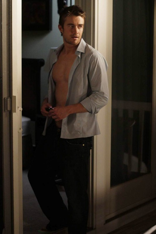 Robert Buckley è Clay nell'episodio 4:30 AM (Apparently They Were Travelling Abroad) della stagione 7 di One Tree Hill