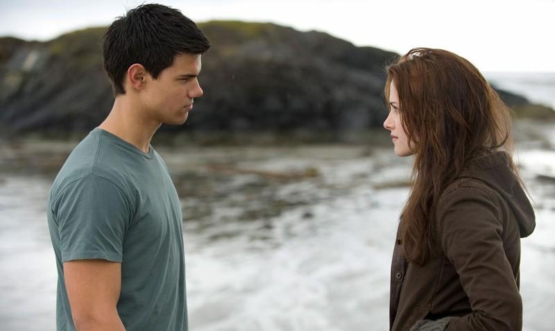 Taylor Lautner e Kristen Stewart, uno di fronte all'altra, nel film Twilight: New Moon
