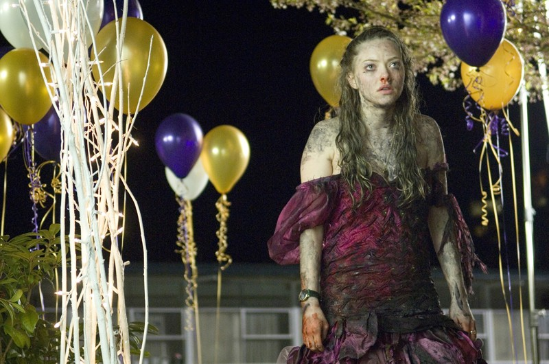Una sconvolta Needy (Amanda Seyfried) in una sequenza del film horror Il Corpo di Jennifer