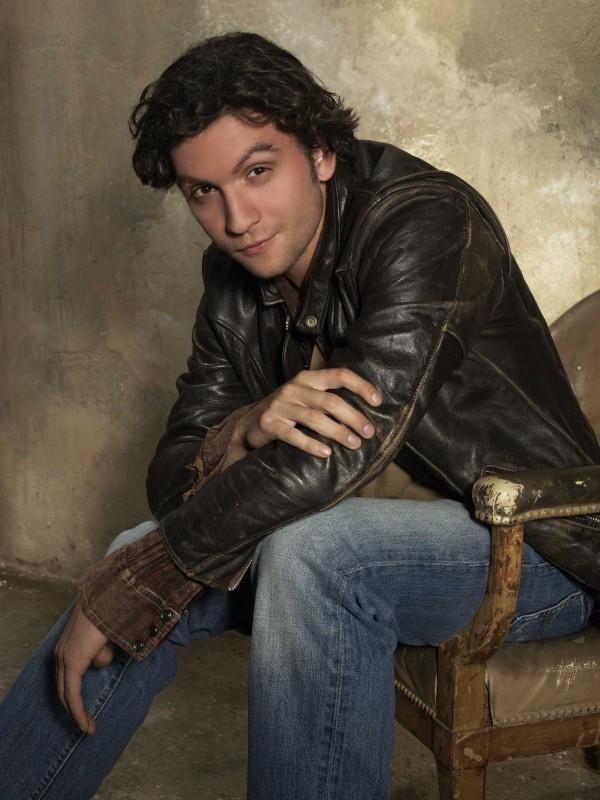 Anthony Carrigan in una foto promozionale della serie The Forgotten