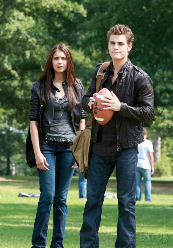 Elena (Nina Dobrev) con Stefan (Paul Wesley) in una scena dell'episodio Friday Night Bites di The Vampire Diaries