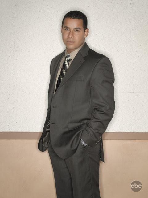Jon Huertas in un'immagine promozionale per la seconda stagione di Castle