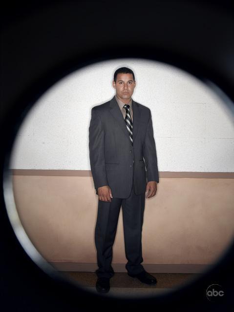 Jon Huertas in una foto promozionale per la seconda stagione di Castle