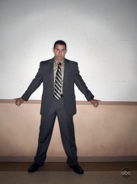 Jon Huertas posa per la seconda stagione della serie tv Castle