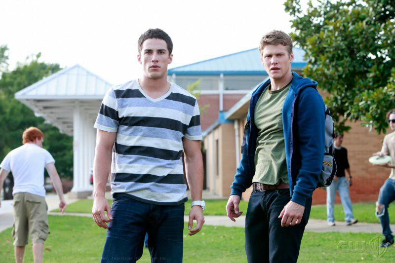 Michael Trevino (Tyler Stratton) e Zach Roerig (Matt) in Friday Night Bites della serie tv The Vampire Diaries