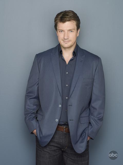 Nathan Fillion in una foto per la seconda stagione di Castle