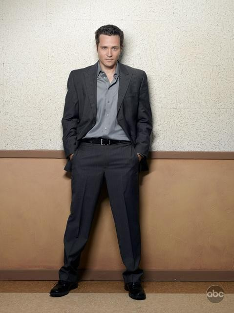Seamus Dever in una foto per la seconda stagione di Castle