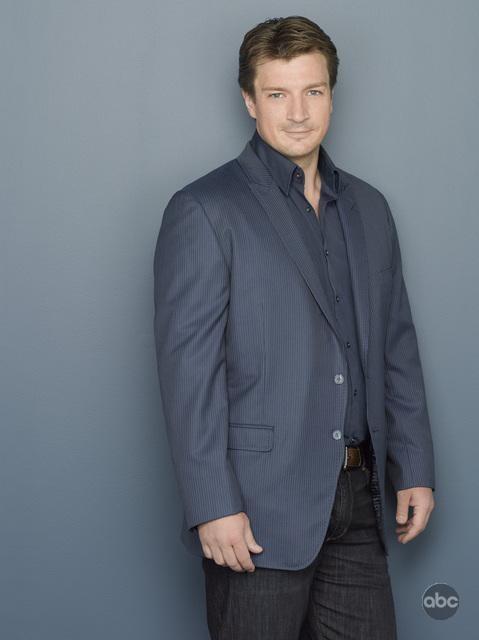 Nathan Fillion in una foto pubblicitaria per la seconda stagione della serie tv Castle