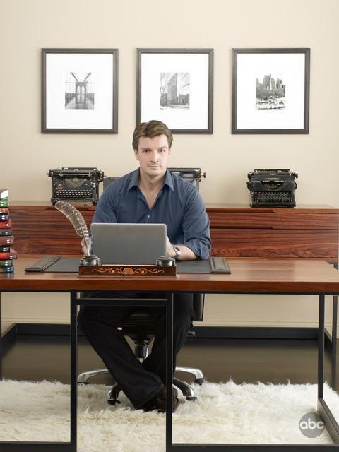 Nathan Fillion in una foto pubblicitaria per la seconda stagione di Castle