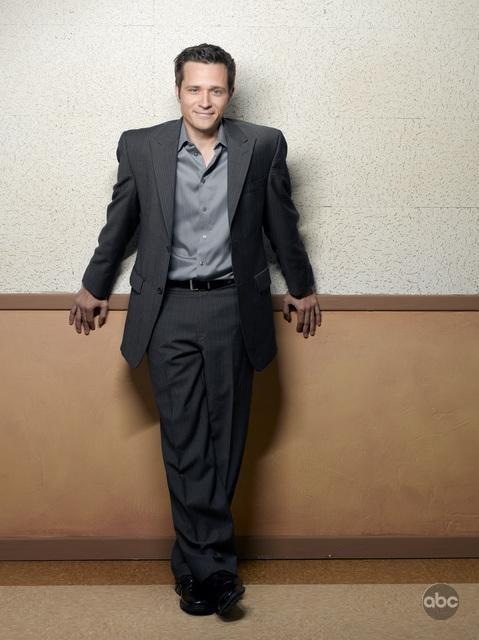 Seamus Dever in una foto promozionale per la seconda stagione di Castle
