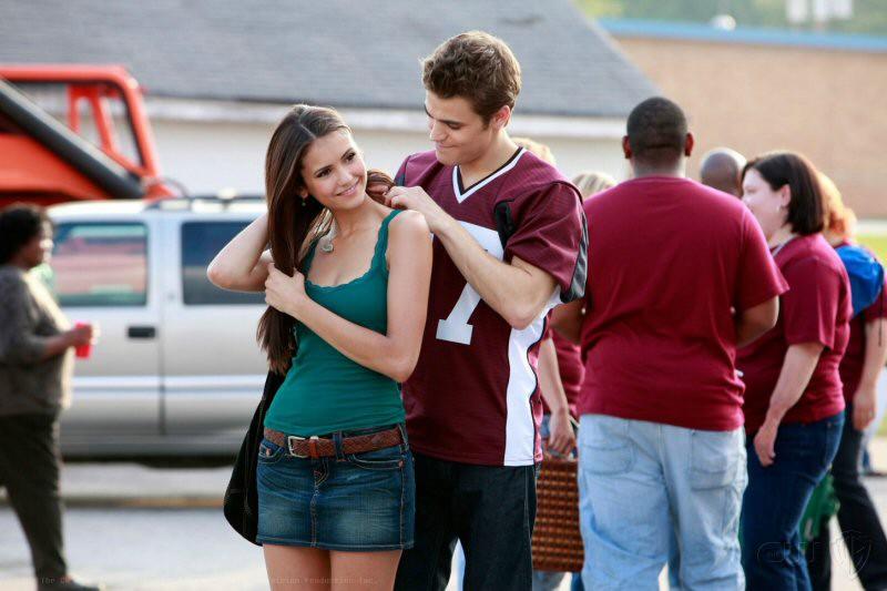 Stefan (Paul Wesley) aggancia la collanina ad Elena (Nina Dobrev) nell'episodio Friday Night Bites della serie The Vampire Diaries