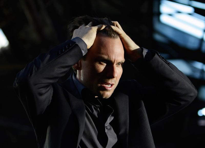 Christian Slater sconvolto in una scena della serie My Own Worst Enemy