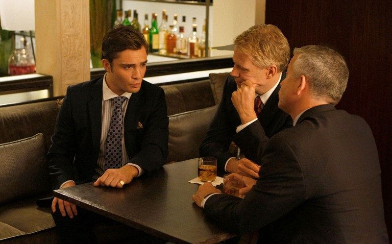 Chuck Bass (Ed Westwick) discute d'affari in una sequenza dell'episodio The Freshman di Gossip Girl
