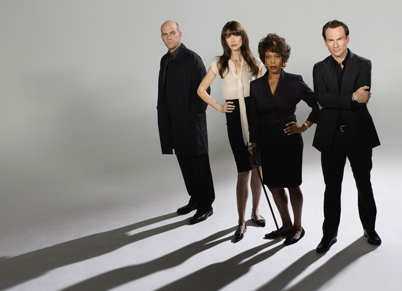 Mike O'Malley, Alfre Woodard, Saffron Burrows e Christian Slater in una foto promo per My Own Worst Enemy