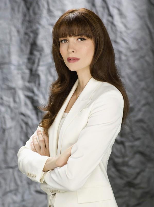 Saffron Burrows è la dottoressa Norah Skinner in una foto promo di My Own Worst Enemy