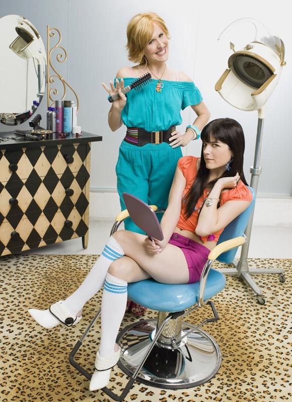 Una foto promo di Selma Blair e Molly Shannon di Kath and Kim