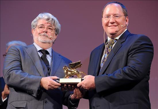 Venezia 2009: John Lasseter, fondatore della Pixar, riceve il Leone d'Oro alla carriera da George Lucas