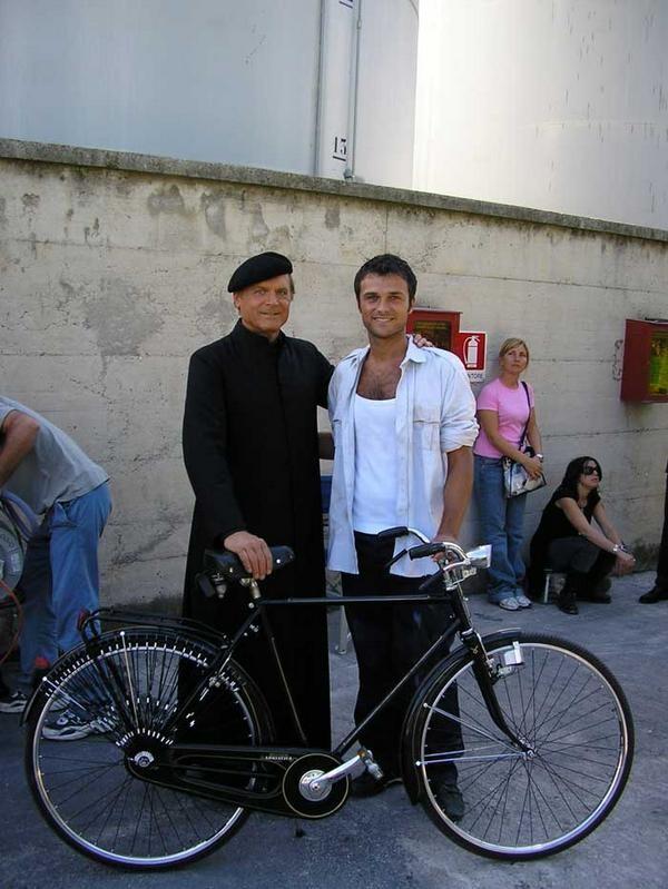 Carlo Marchetti accanto a Terence Hill sul set di Don Matteo 7