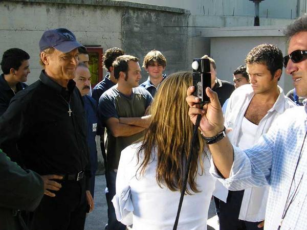 Carlo Marchetti (in camicia bianca e canotta) sul set di Don Matteo 7, accanto a Terence Hill