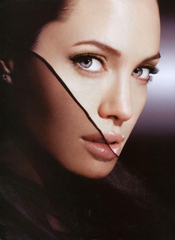 Un primissimo piano dell'attrice americana Angelina Jolie