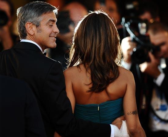 Venezia 2009: George Clooney accanto a Elisabetta Canalis sul tappeto rosso della Mostra del Cinema.