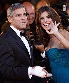 Venezia 2009: George Clooney e Elisabetta Canalis salutano il pubblico sul red carpet