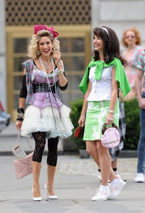due protagoniste di Sex and the City 2 sul set: Kristin Davis e Sarah Jessica Parker in versione anni '80