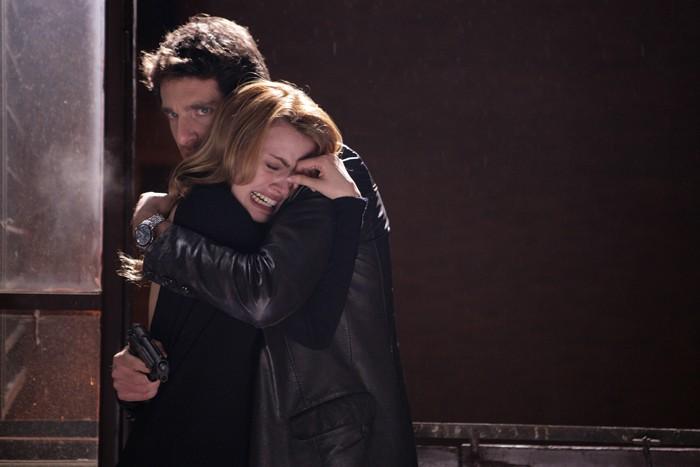 Giampaolo Morelli abbraccia Nathalie Rapti Gomez in un episodio de L'ispettore Coliandro 3 dal titolo Sangue in facoltà