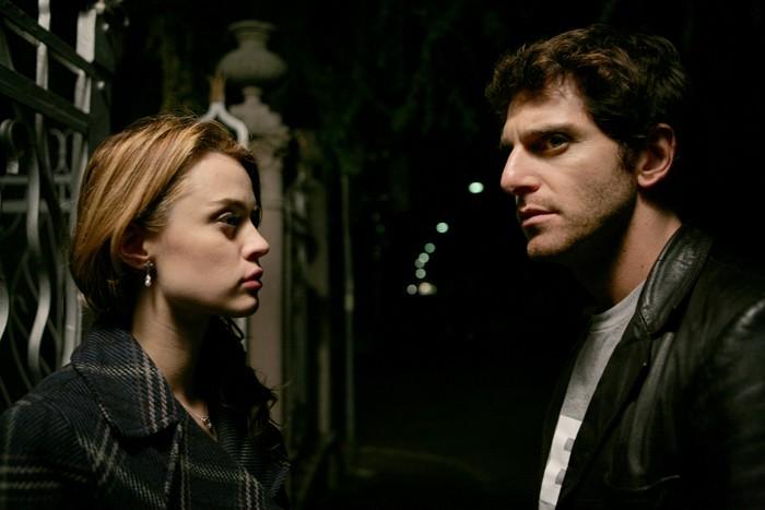 Giampaolo Morelli con Nathalie Rapti Gomez in un episodio de L'ispettore Coliandro 3 dal titolo Sangue in facoltà
