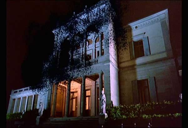 Il collegio del film Phenomena con la facciata presa d\'assalto dagli insetti.