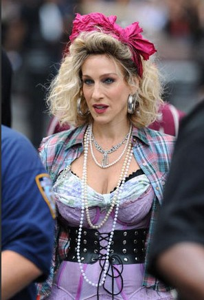 Sul set di Sex and the City 2 si gira un flashback anni '80, e Sarah Jessica Parker punta su un look ispirato a Madonna.