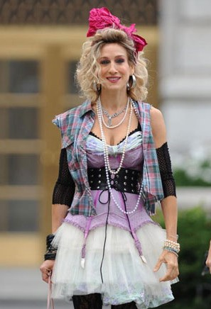 Sul set di Sex and the City 2 si gira un flashback anni '80, e Sarah Jessica Parker punta su un look stile 'Like a Virgin'