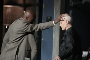 Zeljko Ivanek e Jimmy Jean-Louis in una scena della premiere della stagione 4 di Heroes