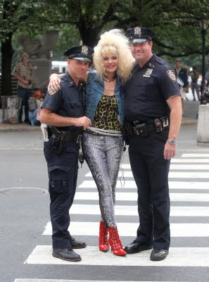 Kim Cattrall sul set di Sex and the City 2 accanto a due poliziotti