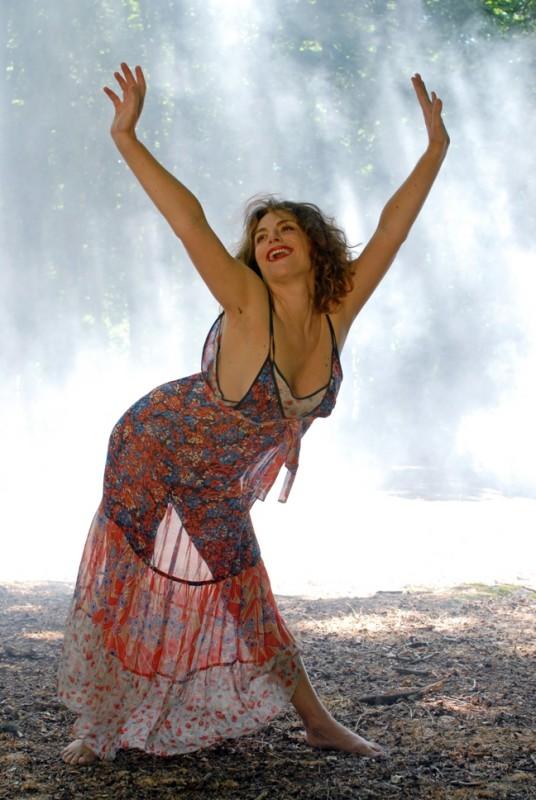 Una gioiosa Caterina Varzì nel corto erotico Hotel Courbet, diretto da Tinto Brass.