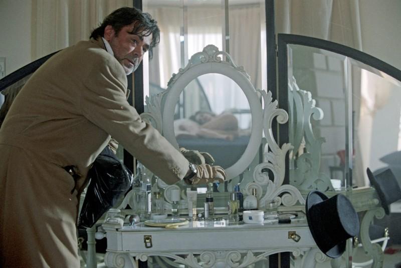 Una tipica inquadratura alla Brass nel corto erotico Hotel Courbet.
