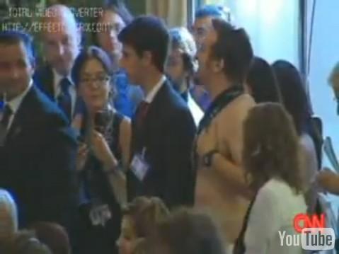 Venezia 2009: Mauro Casciari de 'Le Iene' irrompe durante la conferenza di Clooney e si spoglia per l'attore americano