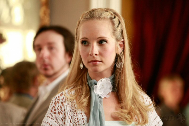 Caroline (Candice Accola) elegante in una sequenza dell'episodio Family Ties di The Vampire Diaries