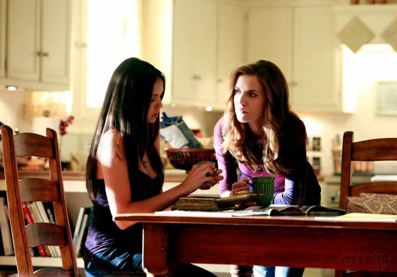 Elena (Nina Dobrev) e sua zia Jenna (Sara Canning) nell'episodio Family Ties della serie The Vampire Diaries