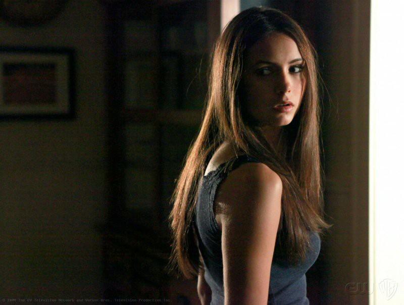 Nina Dobrev di spalle in una scena della puntata Family Ties di The Vampire Diaries